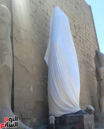 تمثال رمسيس الثانى مغطى بستارة بيضاء تمهيدًا لافتتاحه رسميًا