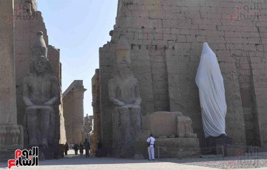 تمثال الملك رمسيس الثانى بمعبد الأقصر قبل إزالة الستار عنه مساءً