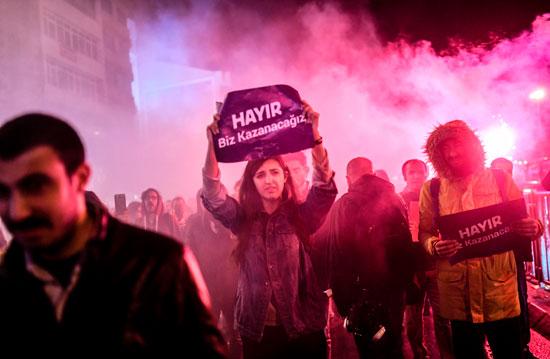 المحتجون يضيئون الشماريخ خلال تظاهراتهم المنددة بسياسات أردوغان