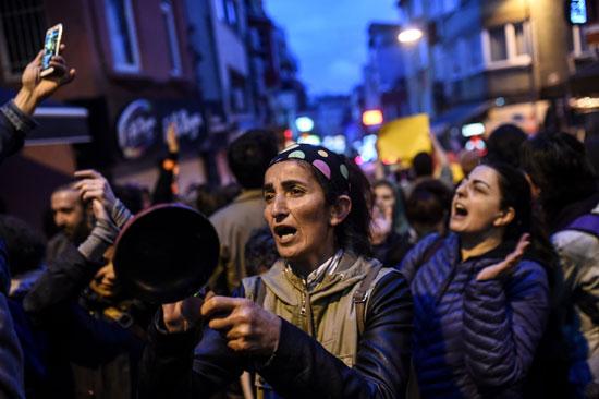 سيدة تمسك فى يدها أوانى للاعتراض على استفتاء أردوغان