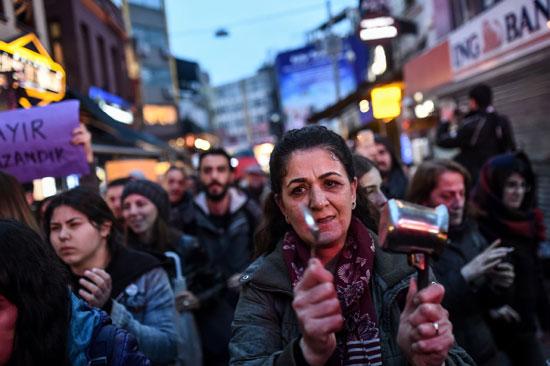الاتراك يقرعون بالملاعق ضد سياسات أردوغان واستفتاءه