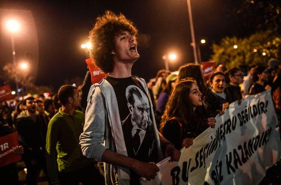 مئات المحتجون يخرجون فى مسيرات ضد استفتاء أردوغان