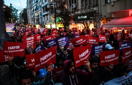 المحتجون يجوبون شوارع تركيا لرفض نتيجة الاستفتاء
