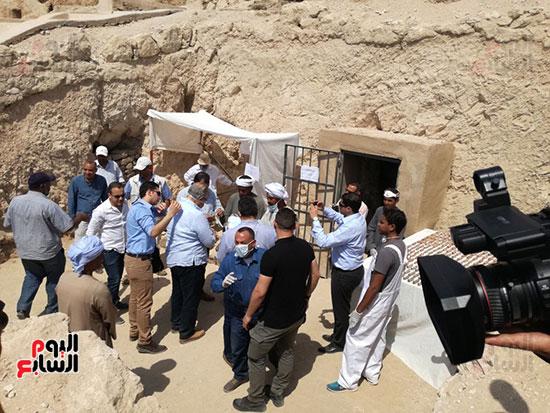مدير اثار الاقصر خلال شرح تفاصيل المقبرة