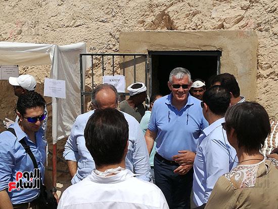 وزير التنمية المحلية يستعد للنزول للمقبرة بالأقصر