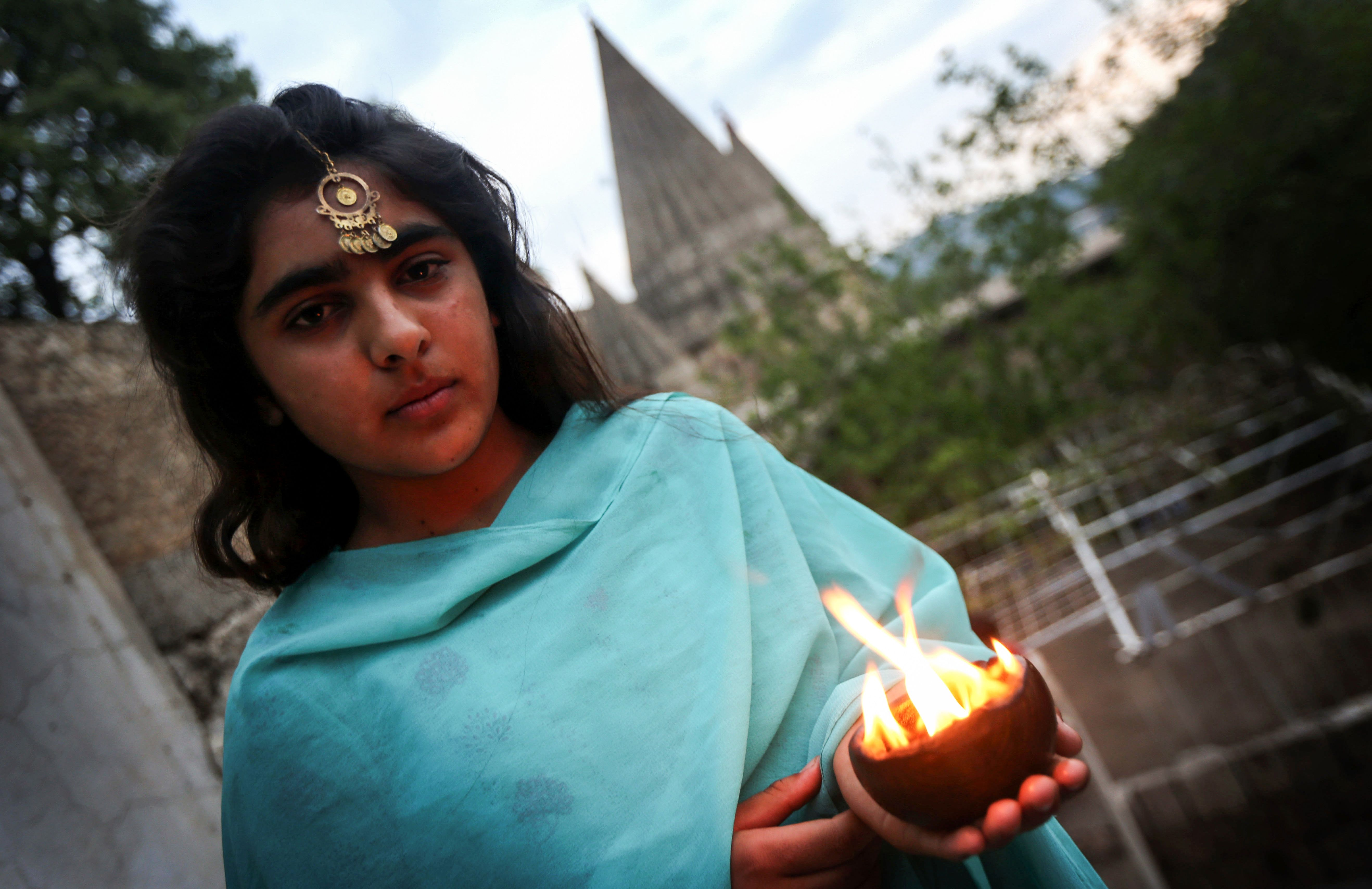 شابة تمسك بالشموع
