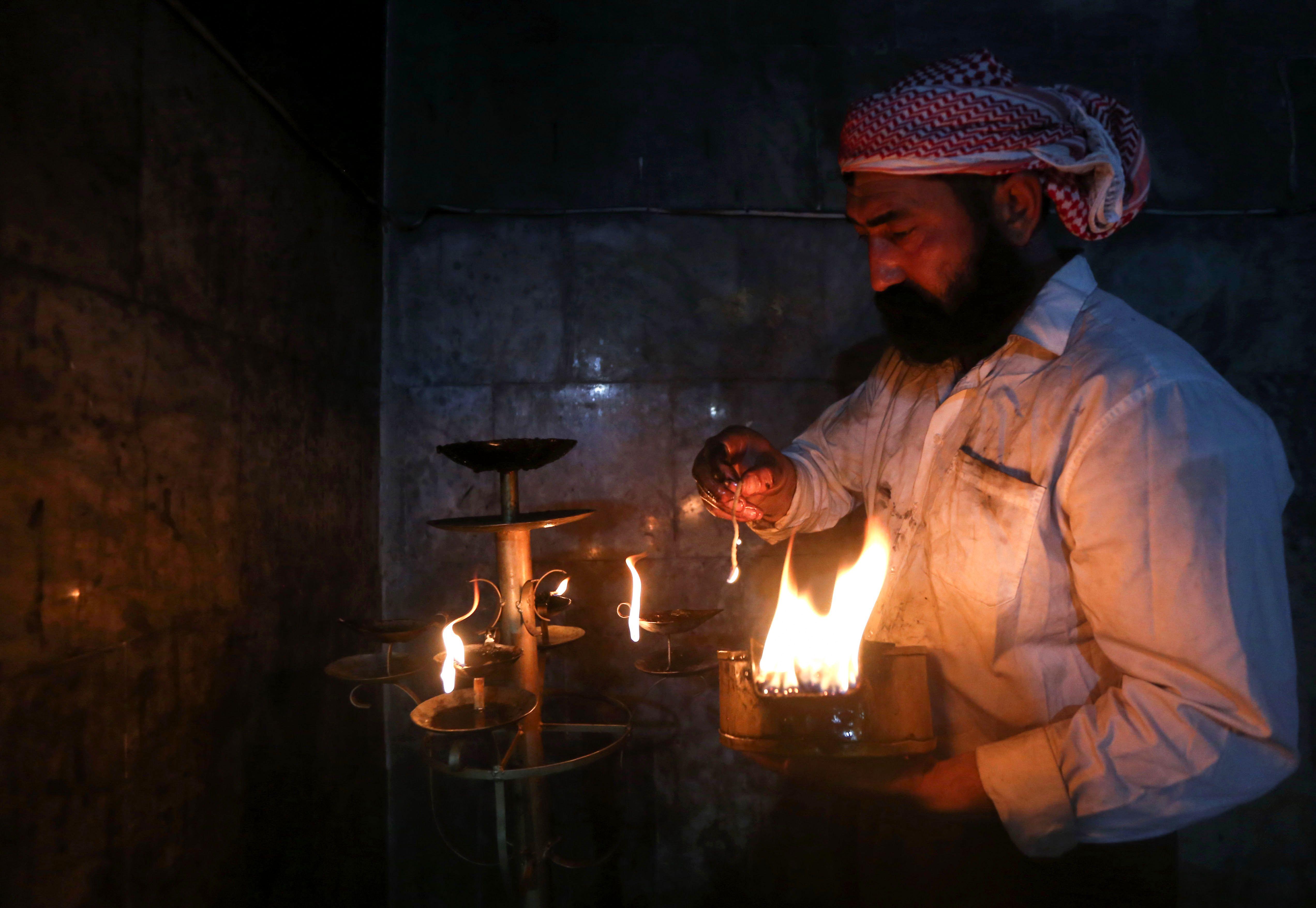 رجل يشعل الشموع