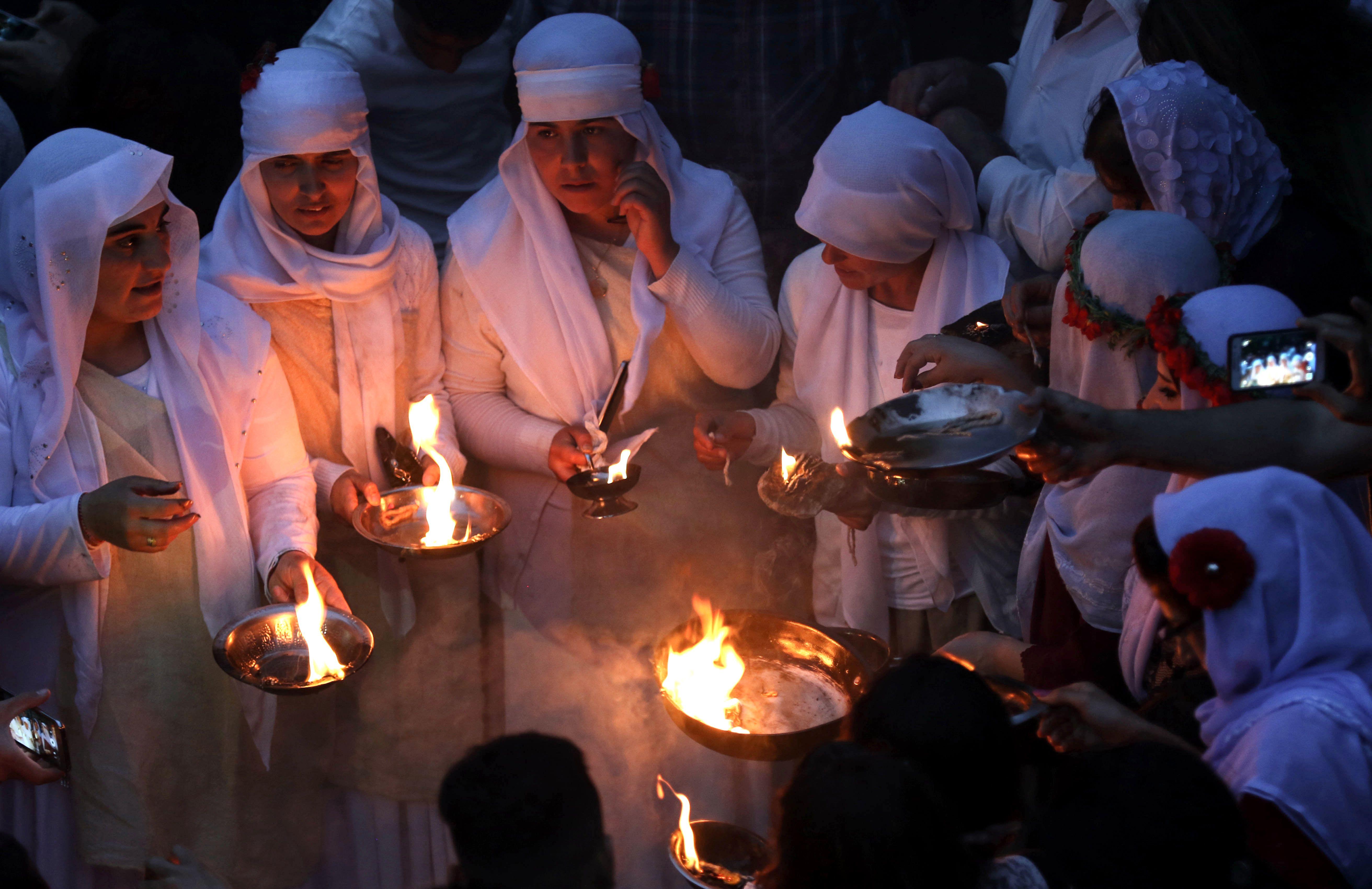 سيدات يشعلن الشموع