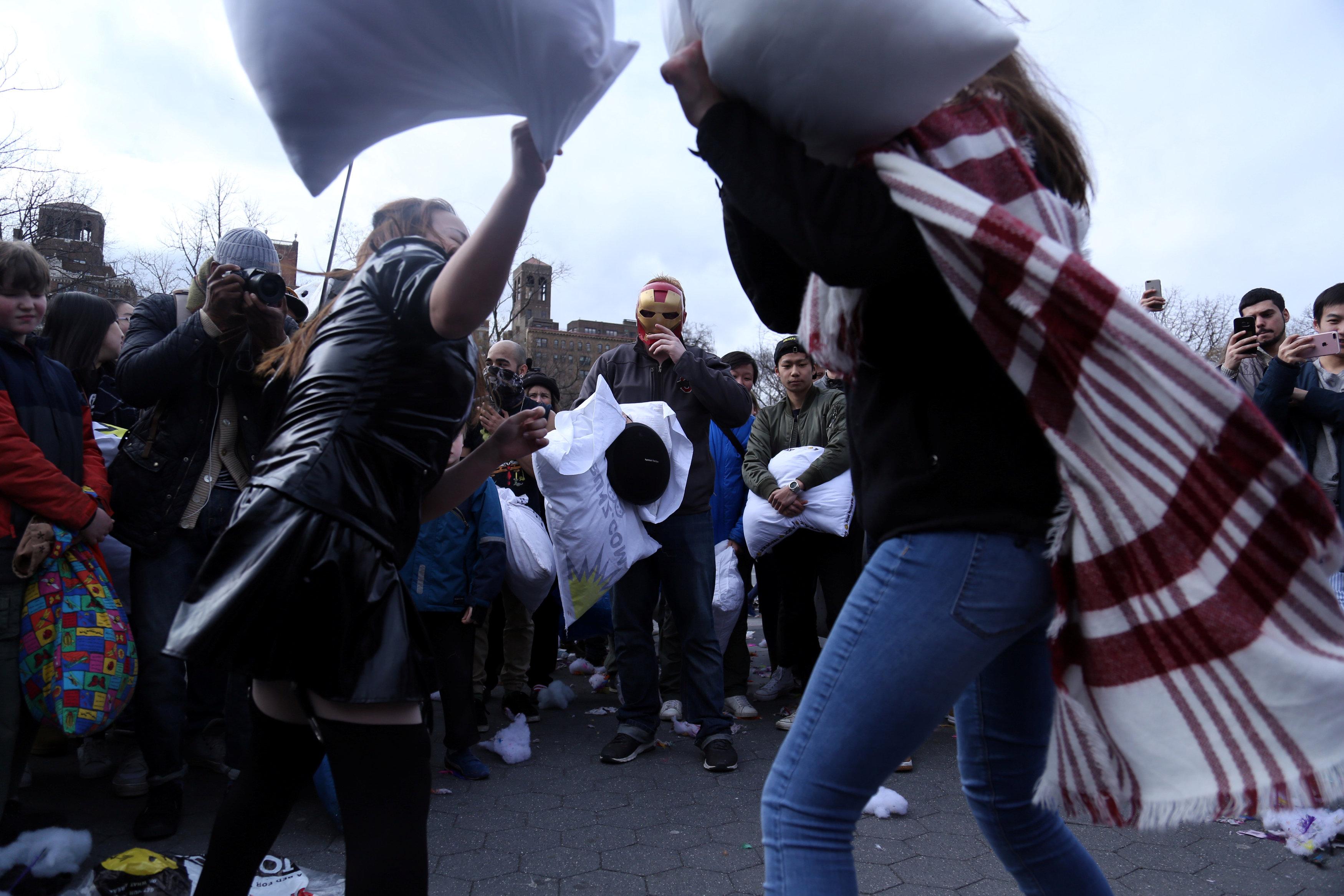 فتاتان تستخدمان الوسائد البيضاء فى حرب الوسائد بنيويورك