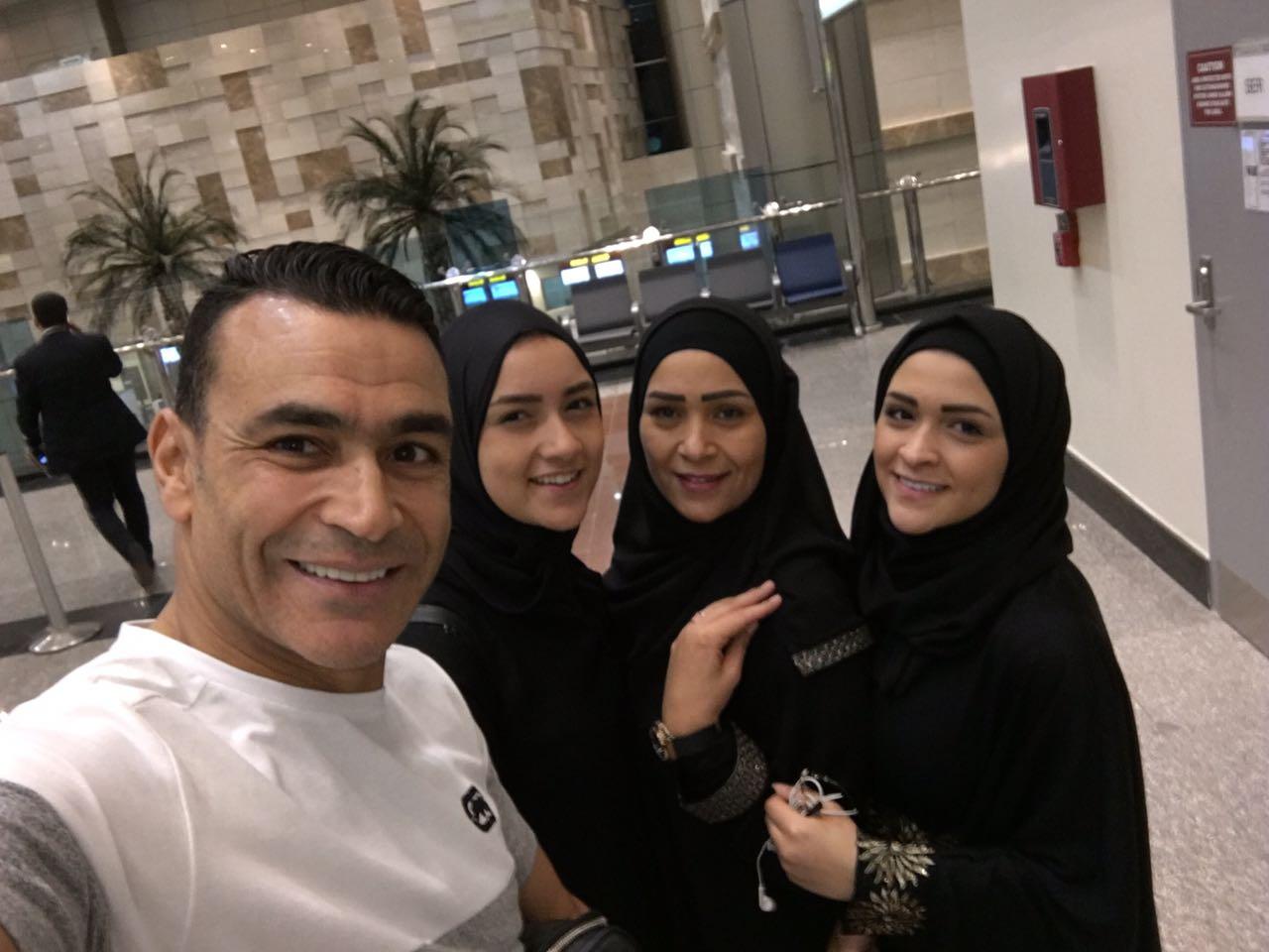 الحضرى مع اسرته فى المطار  (3)