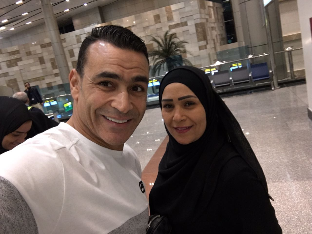 الحضرى مع اسرته فى المطار  (1)