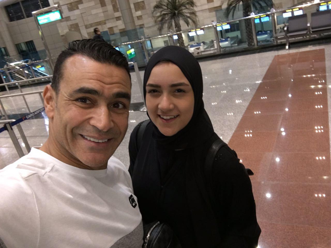 الحضرى مع اسرته فى المطار  (4)