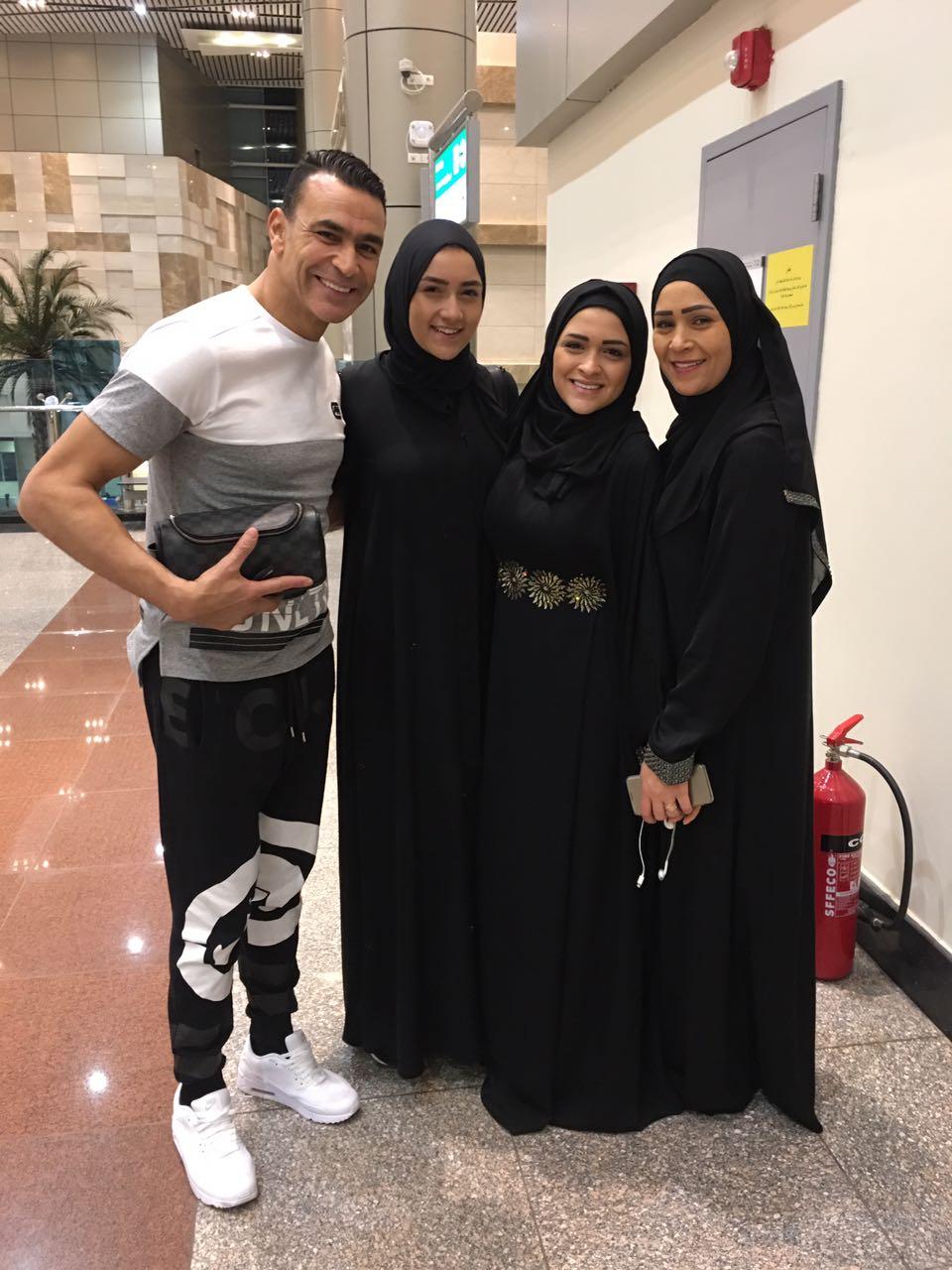 الحضرى مع اسرته فى المطار  (2)
