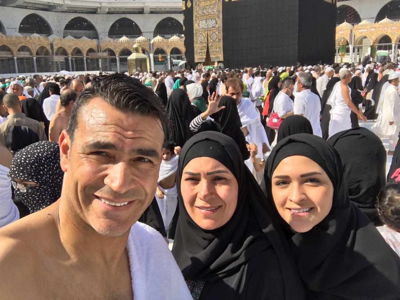 الحضرى مع زوجته وإبنته خلال أداء العمرة