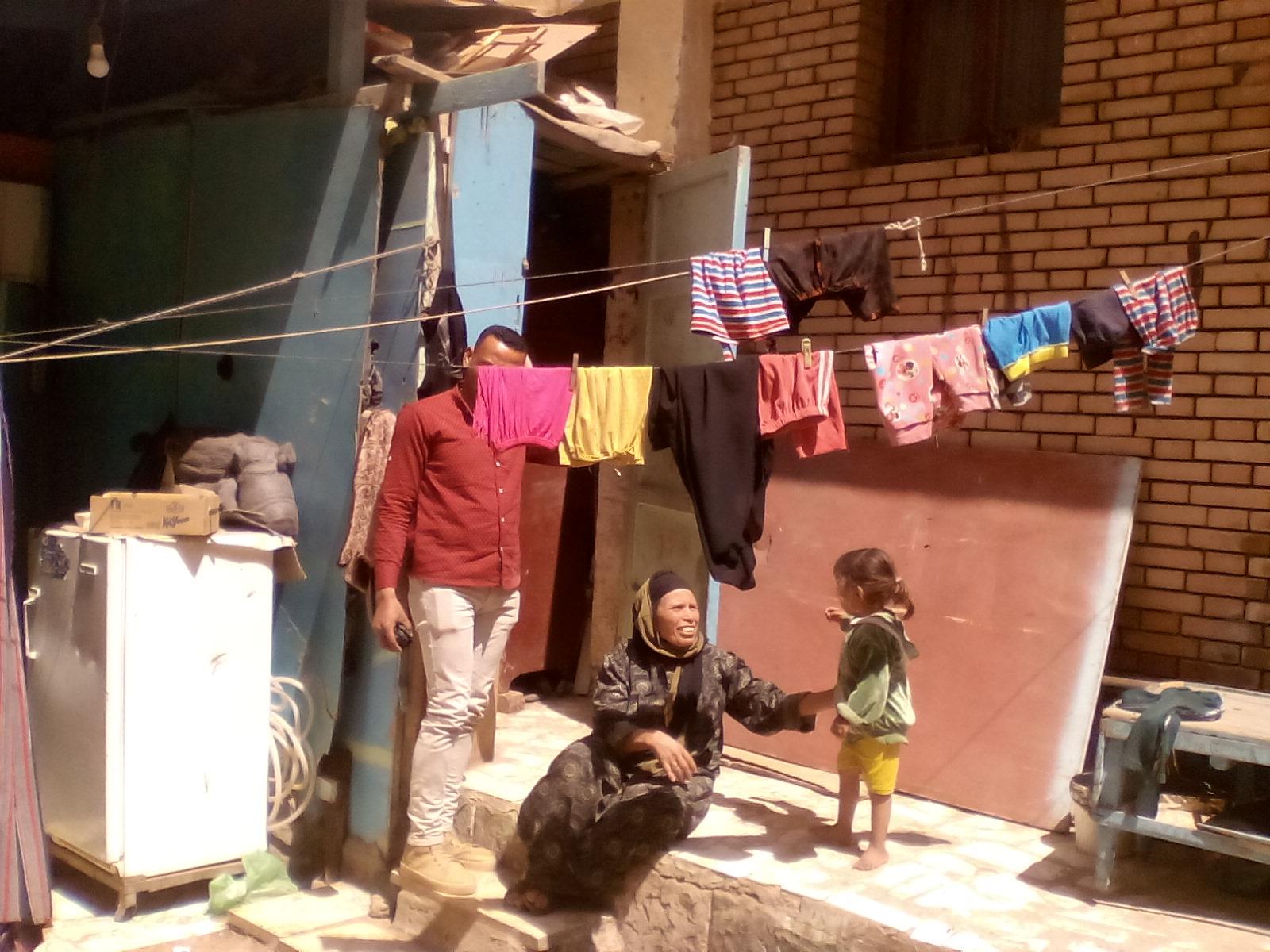 الأم تطالب المسؤولين بتوفير مأوى لهم