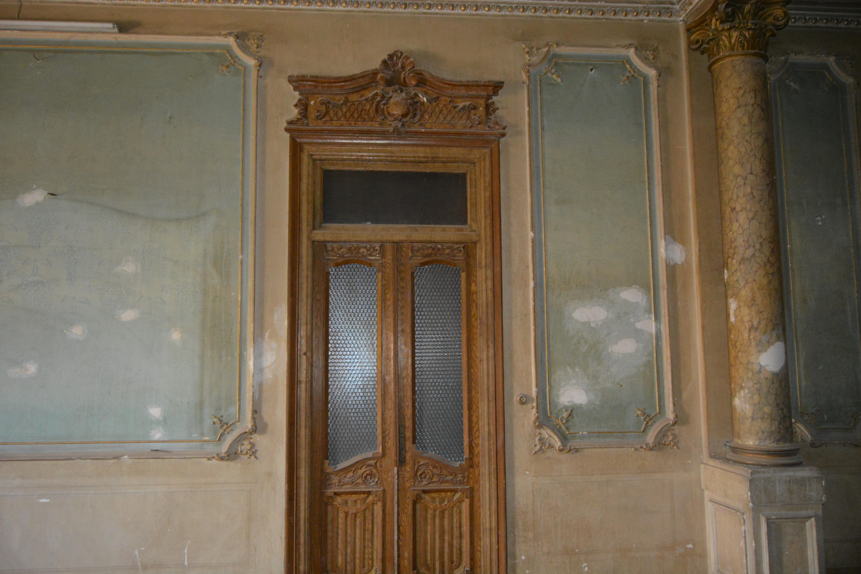 احد الابواب داخل القصر