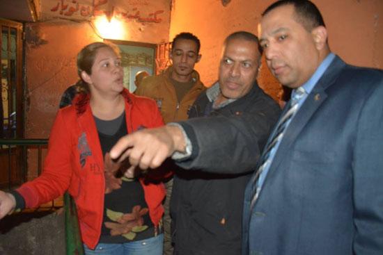 الزميل أحمد عبد الهادى بكير يستمع لشكوى مواطن  بخصوص مكتب تموين شبرا الخيمة