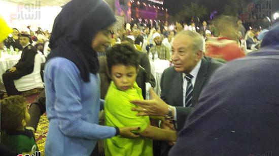 المحافظ يقبل اطفال التوحد بمركز دولفين