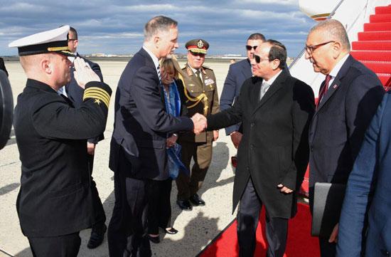 وفد أمريكى يستقبل الرئيس بالمطار