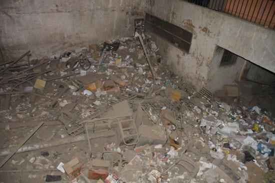 القمامة داخل صالة مكتب تموين شبرا الخيمة
