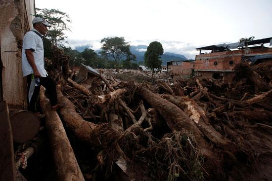 جانب من الانهيارات التى تسببت فيها الفيضانات