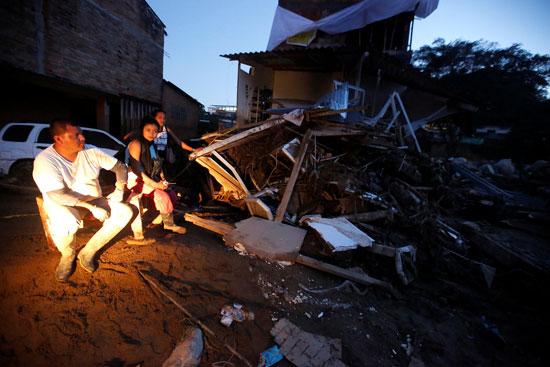 مواطنون فى كولومبيا يجلسون فى الشارع بعد تحطم منزلهم