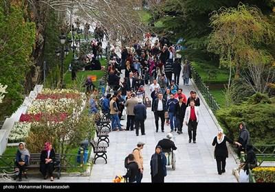ايرانيون يتنزهون فى يوم الطبيعة