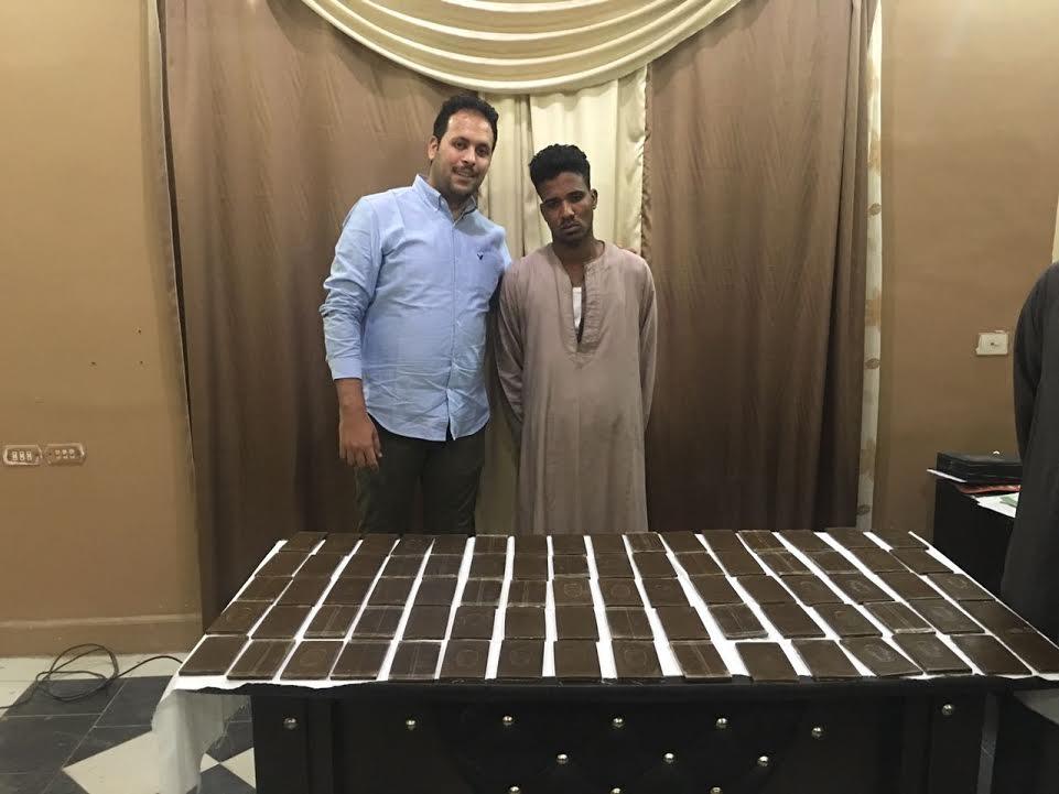 النقيب كريم عبد الرحمن والمتهم والمضبوطات