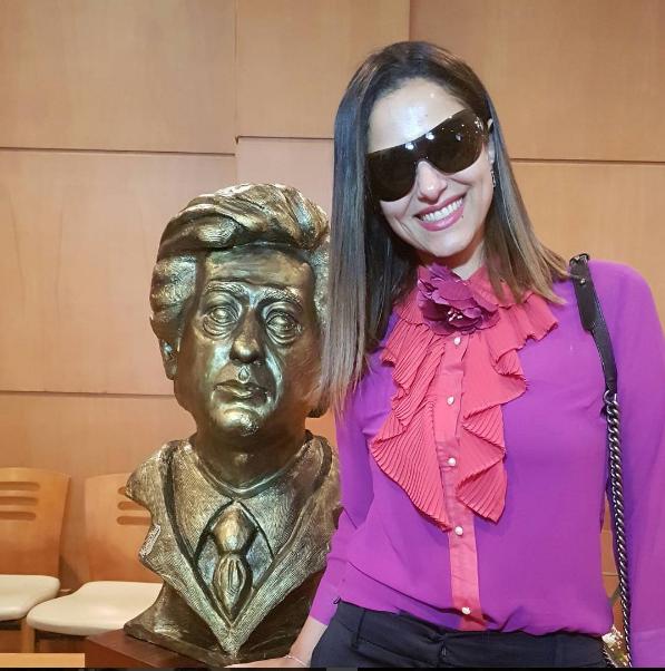 حنان مطاوع مع تمثال والدها الراحل
