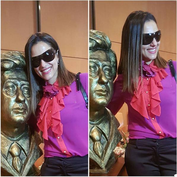 حنان مطاوع مع تمثال والدها
