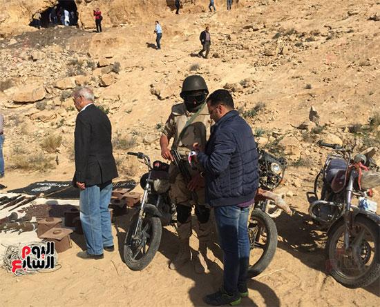 محرر اليوم السابع داخل احدى المدرعات بوسط سيناء