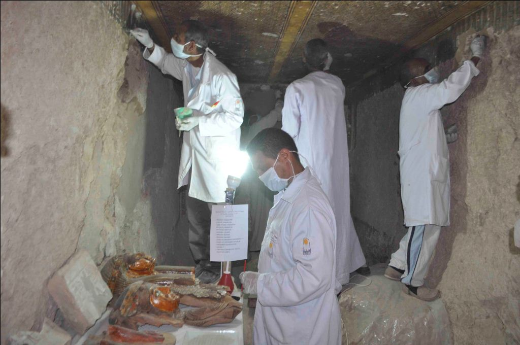 البعثة المصرية تعمل داخل المقبرة واكتشاف المزيد من الأسرار