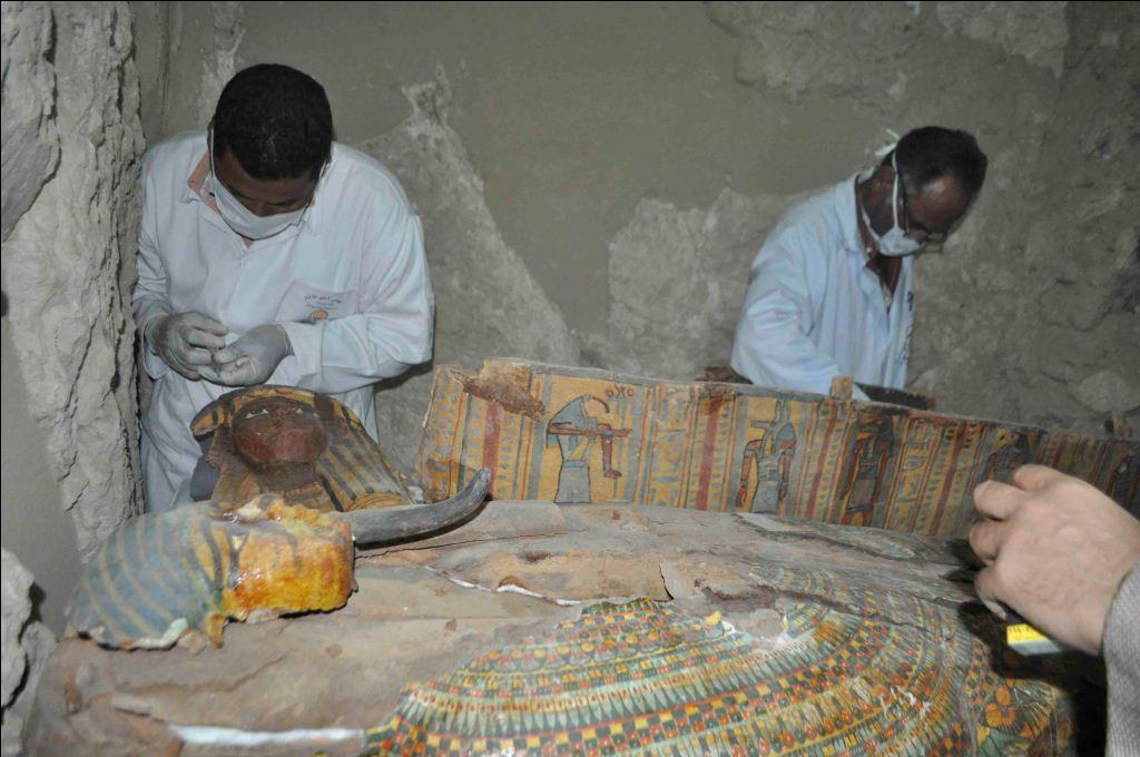 جانب من تجهيز وتنظيم المومياوات بالمقبرة