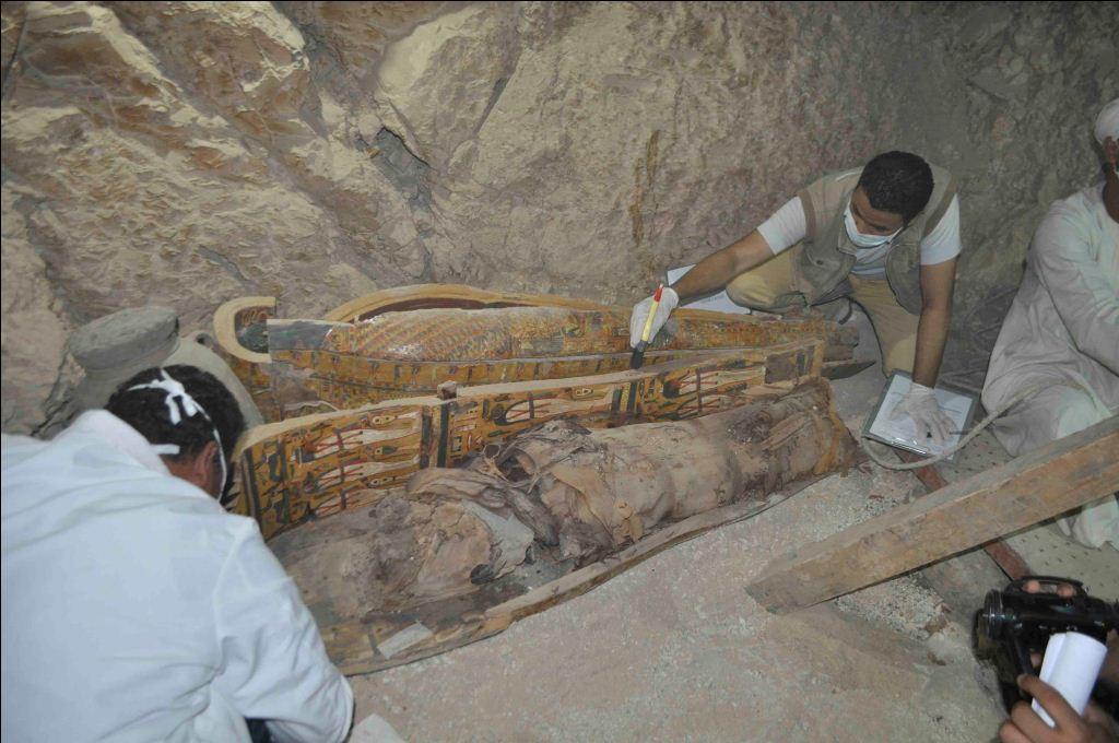 تجهيز التوابيت لحين نقلها خارج المقبرة