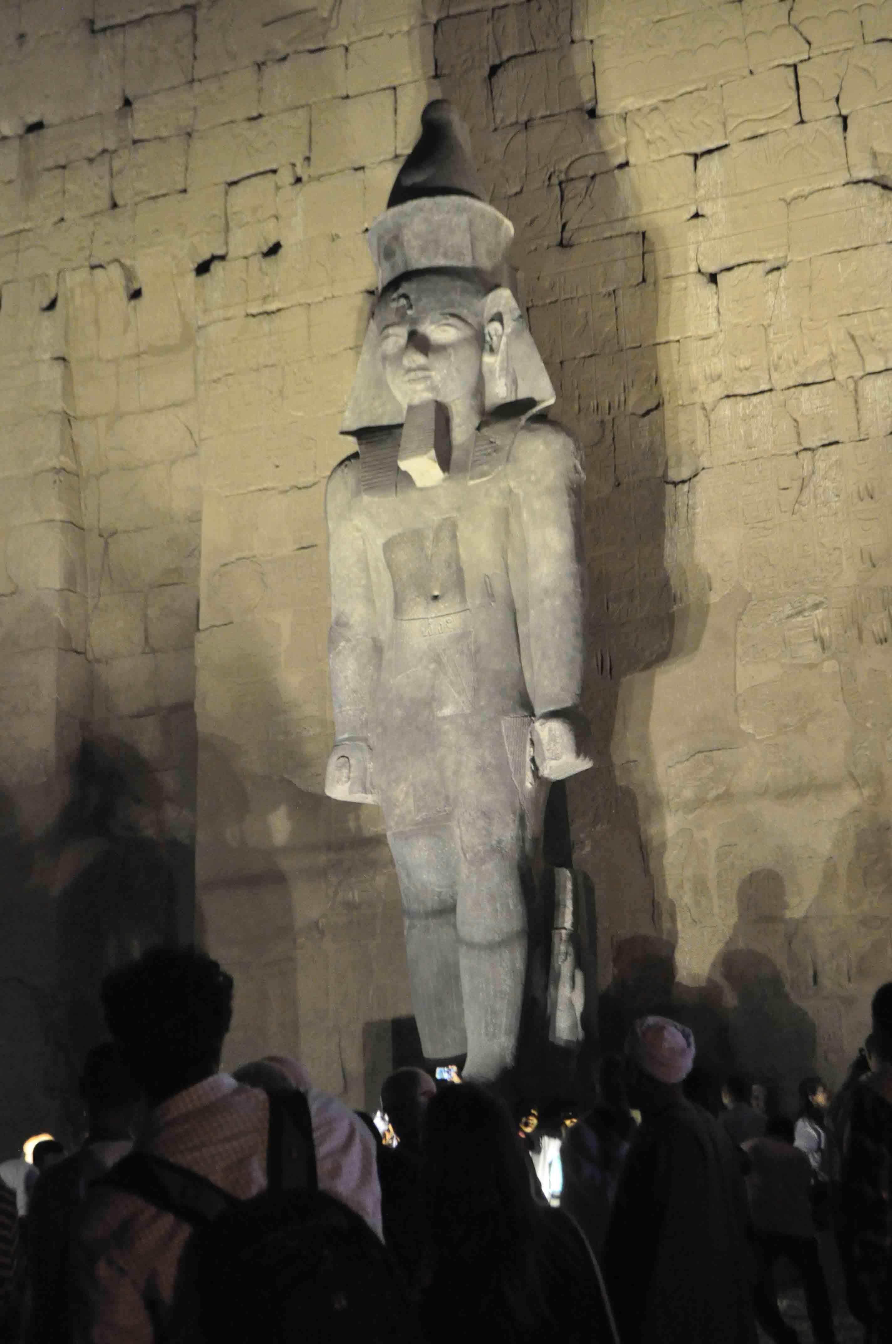 تمثال الملك رمسيس الثانى يعود لموقع بواجهة معبد الأقصر