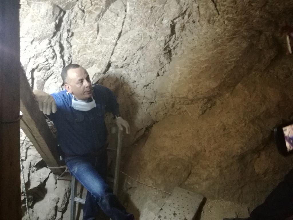 مدير آثار الأقصر من داخل المقبرة