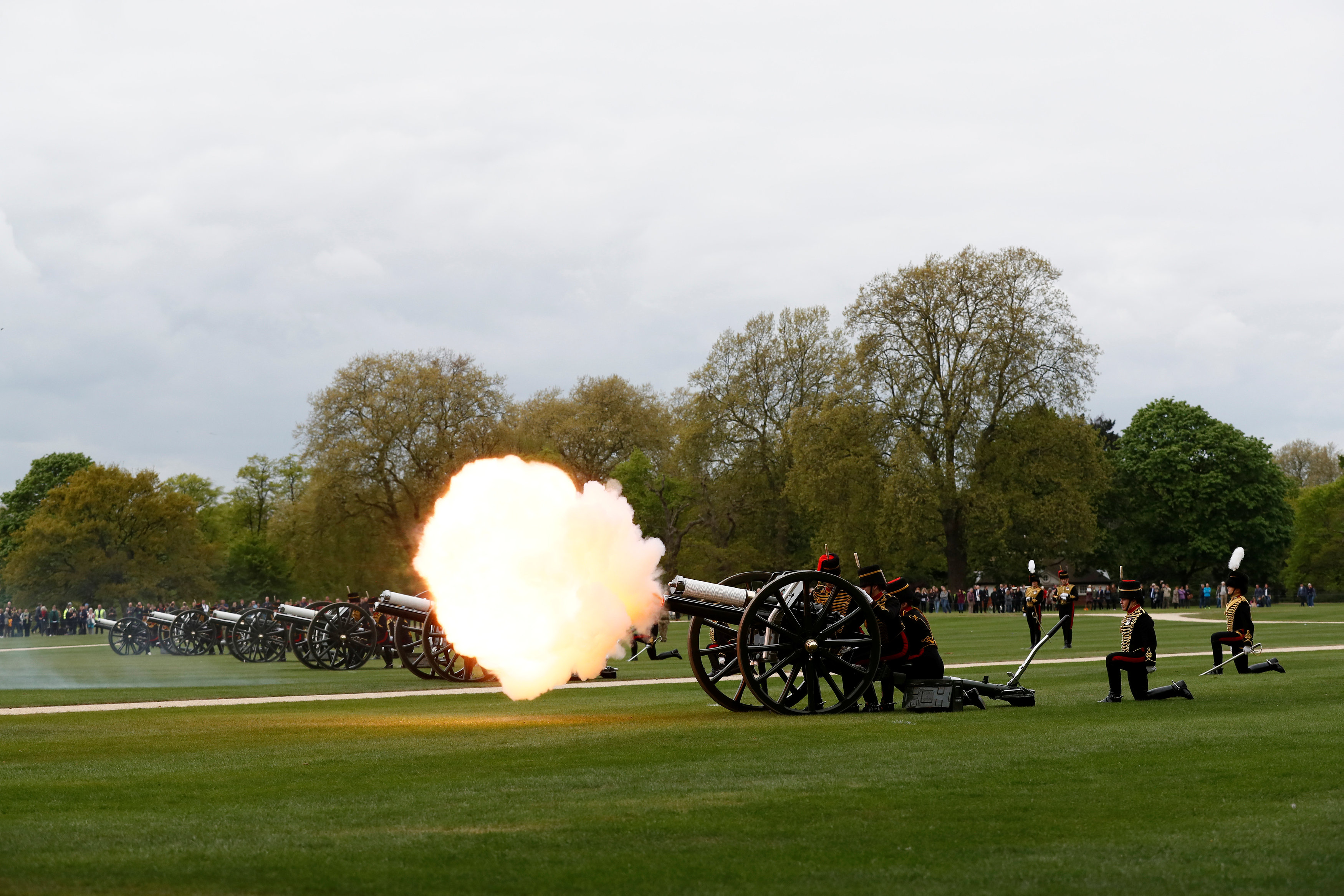 استخدام الطلقات المدفعية للاحتفال