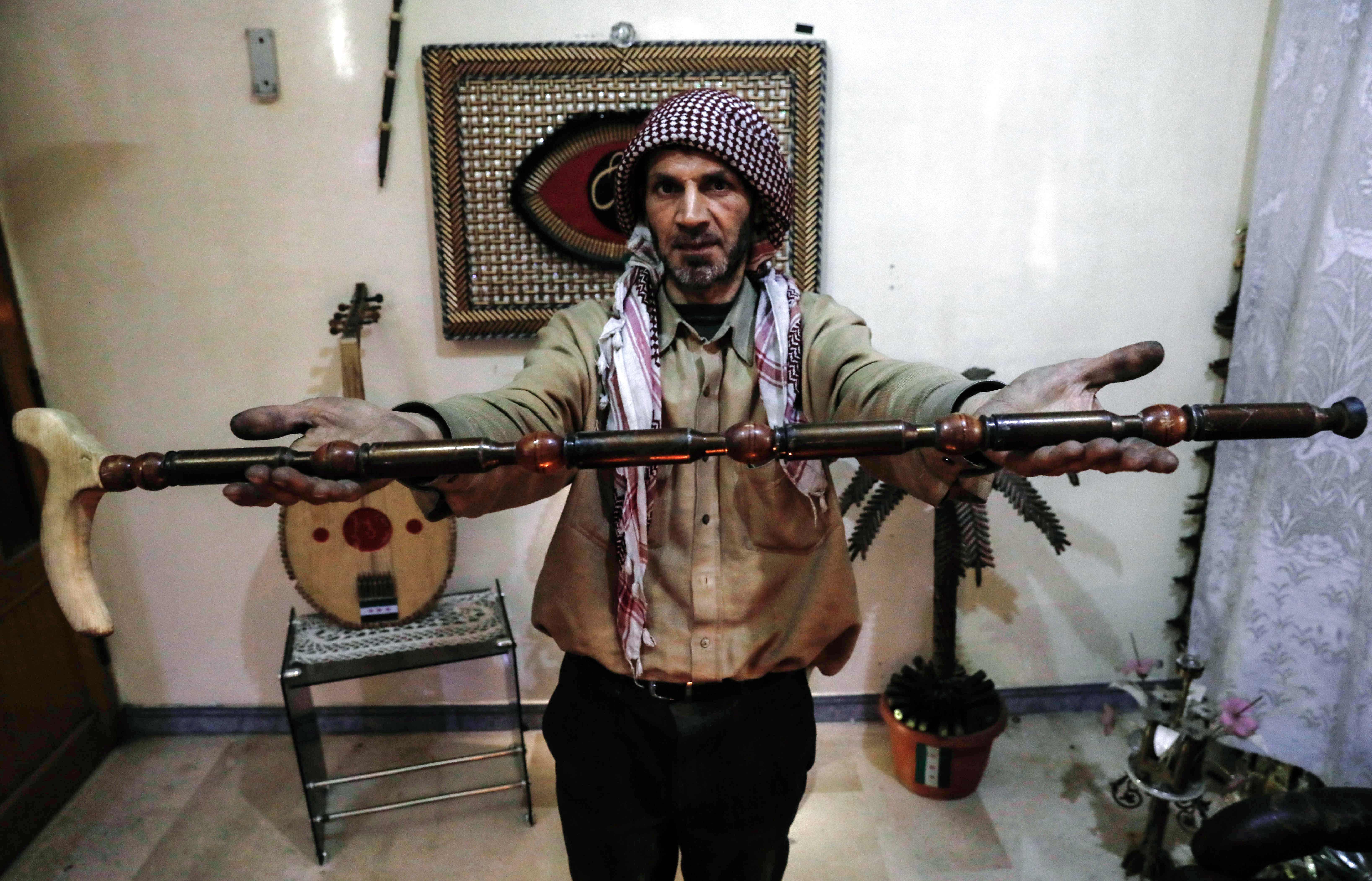 تحويل مخلفات الحرب لتحف فنية