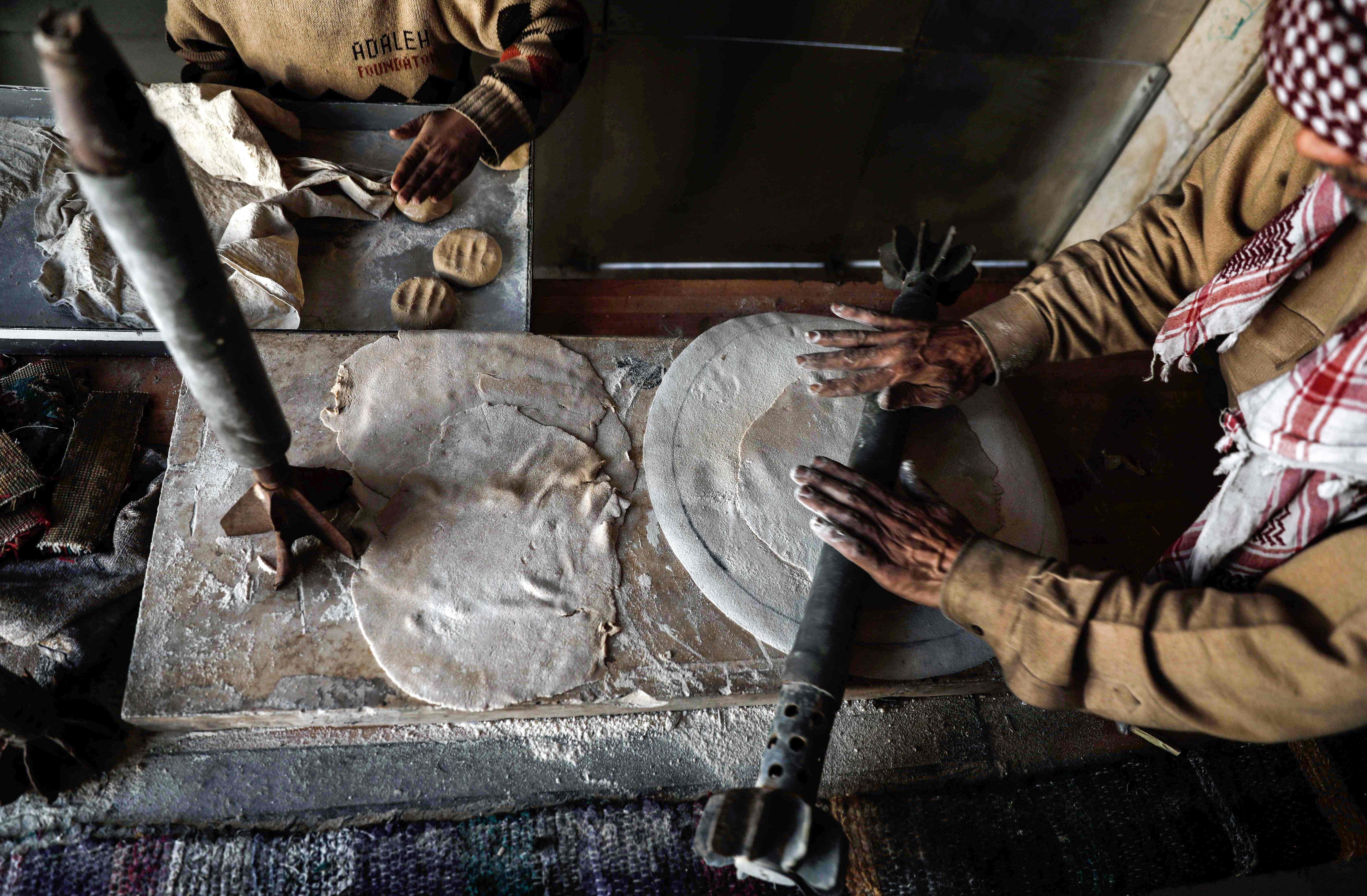 السورى يستخدم دانة فى فرد العجين