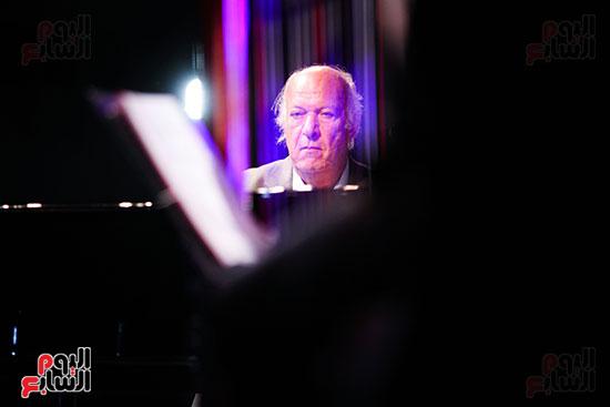 عمر خيرت يعزف أروع مقطوعاته الموسيقية فى حفل جامعة عين شمس (40)