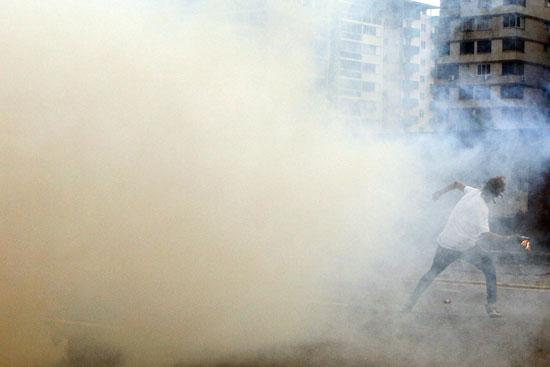 الغاز المسيل للدموع بمحيط الاشتباكات