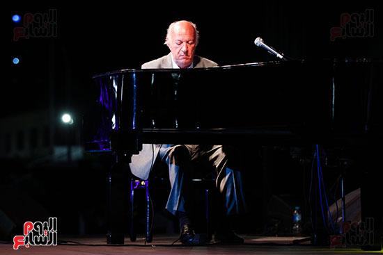عمر خيرت يعزف أروع مقطوعاته الموسيقية فى حفل جامعة عين شمس (39)