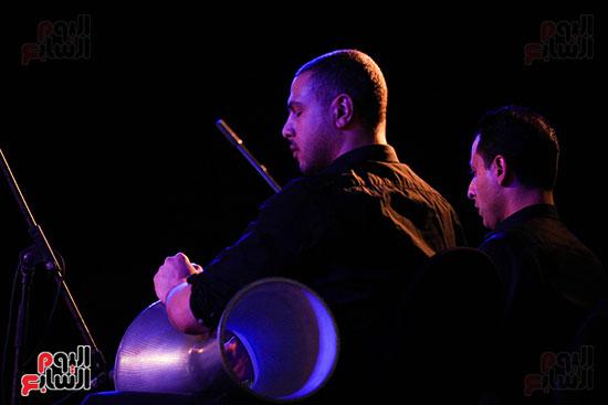 عمر خيرت يعزف أروع مقطوعاته الموسيقية فى حفل جامعة عين شمس (8)