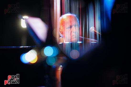 عمر خيرت يعزف أروع مقطوعاته الموسيقية فى حفل جامعة عين شمس (19)