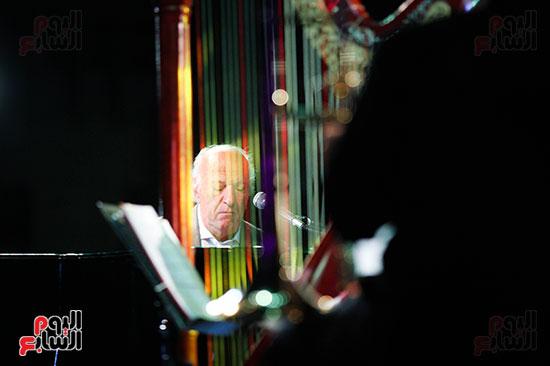 عمر خيرت يعزف أروع مقطوعاته الموسيقية فى حفل جامعة عين شمس (30)