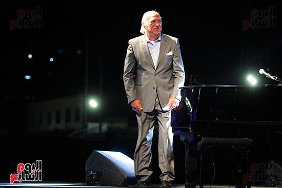 عمر خيرت يعزف أروع مقطوعاته الموسيقية فى حفل جامعة عين شمس (3)