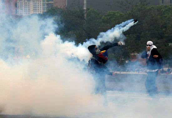 إعادة قذف قنبلة غاز على قوات الأمن