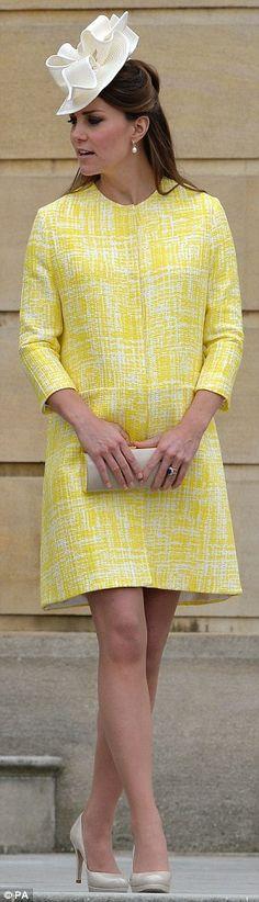 كيت ميدلتون ترتدى فستان أصفر أثناء حملها
