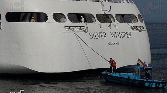 السفينة ترسو بالميناء
