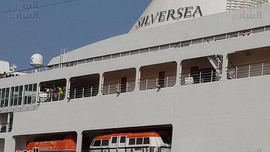 السفينة ترسو برصيف الميناء السياحي